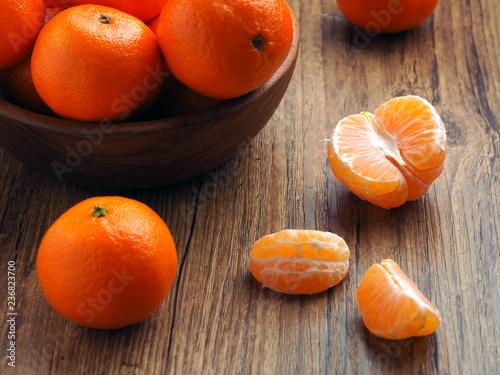 dojrzałe mandarynki na drewnianym stole