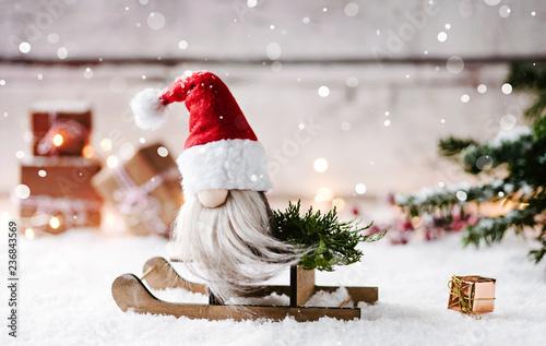 1,2,3,4 und schon steht Weihnachten vor der Tür - weihnachtlicher Wichtel sitzt auf seinem Schlitten  - 236843569