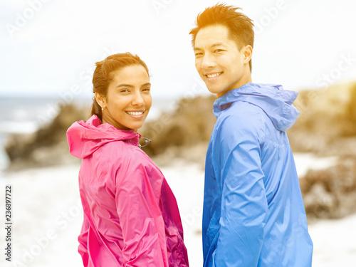 Młoda para stoi na plaży