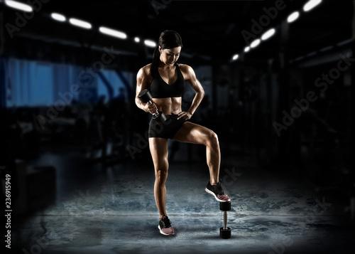 Mięśniowa kobieta pracująca z barbell out