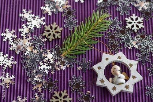 Bożenarodzeniowy dekoracyjny tło, płatki śniegu i anioł na fiołku.