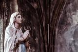 Statue de la vierge Marie, mains en prière - 236978750