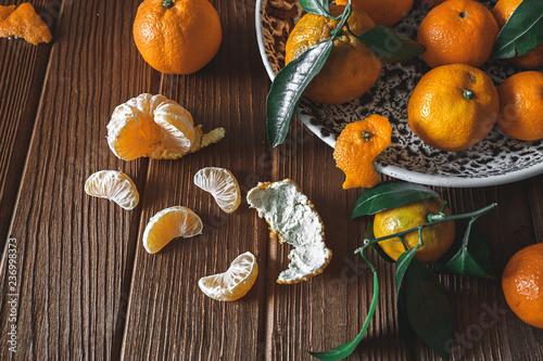 Świeże wyśmienicie mandarynek pomarańcze owocowi lub tangerines z zielonymi liśćmi w pucharze na drewnianym stole