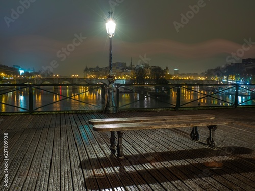 Rzeczny wonton z Pont des sztukami i Institut de France w Paryskim Francja