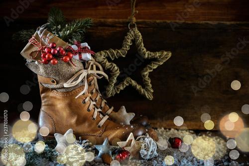Nikolaus -  Rustikaler Hintergrund mit Stiefel und Geschenk - 237030170