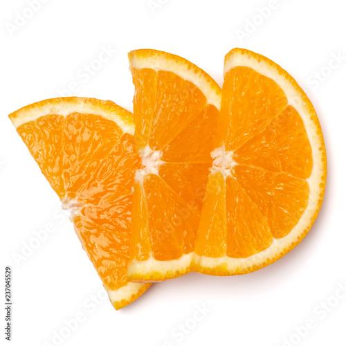Pomarańczowy owocowy plasterek odizolowywający na białym tła zbliżeniu. Tło żywności. Płaski lay, widok z góry.
