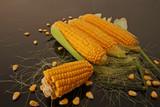 Siyah zemin üzerinde taze mısırlar - 237058980