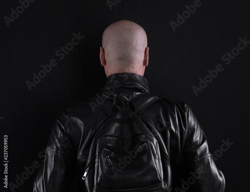 portret studio rowerzysty na czarnym tle