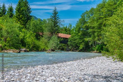 Plakat Wildbach in den Bergen mit einer hölzernen Brücke überdacht Hinterstein Hindelang Allgäu
