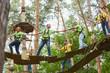 Leinwanddruck Bild - Gruppe macht Teamwork im Hochseilgarten