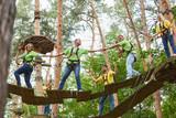 Gruppe macht Teamwork im Hochseilgarten