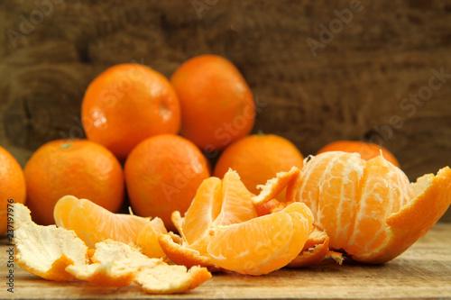 świeże mandarynki na drewnianym stole