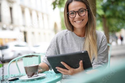 fototapeta na ścianę Woman outside a coffee shop