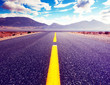 Fondo de carretera por el desierto.Paisaje pintoresco de atardecer.Aventuras en la naturaleza y rutas con el coche