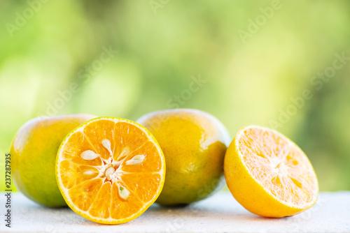 Świeża tangerine pomarańczowa owoc z zielonym natury tłem