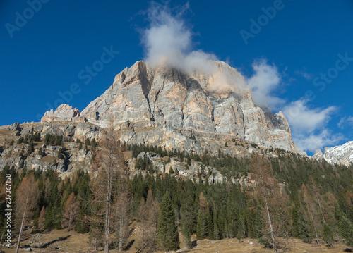 Podróżujący. Przegląd gór i lasu. Białe chmury nad górą