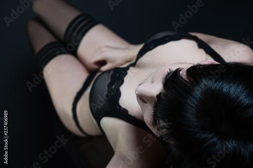 frau sexy in dessous auf bett