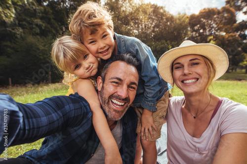 Rozochocona rodzina robi selfie na pinkinie