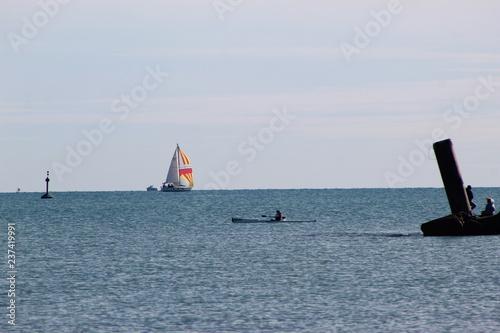 Deportes maritimos en un dia calido