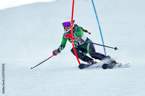 mata magnetyczna An alpine skier racing on the slalom course.