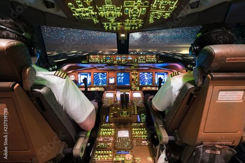 Piloten im Cockpit und die Milchstraße