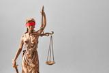 Justitia Statue mit Augenbinde als Gerechtigkeit Konzept