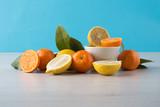 limoni e arance con cielo e sfondo legno