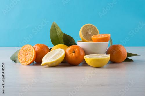 cytryny i pomarańcze z nieba i drewna tle