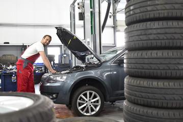 Automechaniker in der Werkstatt - reifenwechsel und Durchsicht // Car mechanic in the workshop - tyre change and inspection