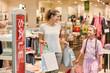 Mutter und Tochter mit vielen Einkaufstüten