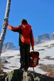 kind im schnee auf berg