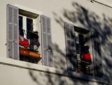 Linge qui sèche à la fenêtre - 237598120