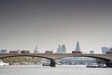 Londoner Brücke mit Doppeldeckerbussen und Panoramablick
