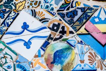 Carrelage mosaïque au parc Güell Barcelone, arrière plan coloré