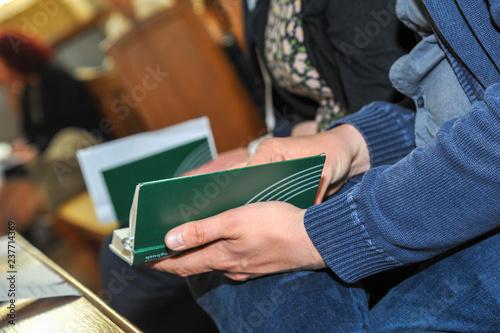 fototapeta na ścianę hande mann hält bibel in kirche