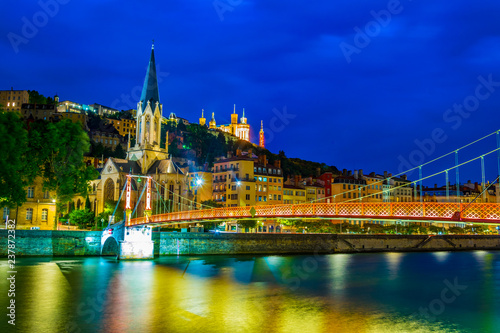 mata magnetyczna Night view of illuminated basilique de Notre-dame de Fourivere and Saint Georges church in Lyon, France