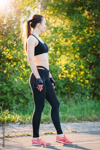 Sportowa dziewczyna przygotowywa trening w parku na ulicie