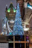 Blick auf die Tower Bridge in London zur Weihnachtszeit mit festlichem geschmücktem Weihnachtsbaum