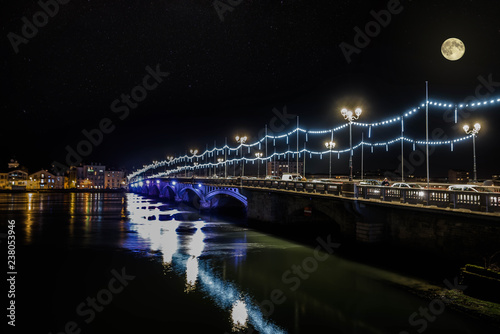 Fototapeta Bayonne à noël la nuit