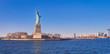 Vista desde el rio Hudson, al atardecer, de la estatua de la libertadla isla de la libertad y el horizonte de Manhattan , donde numerosos turistas, van a visitarla cada dia,desde Manhattan.