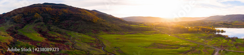 panorama sur une montagne et sa vallée verdoyante au lever du jour - 238089373