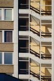 Treppenaufgang / Die Stockwerke und der Treppenflur eines Wohnhauses hinter Fenstern aus Glas.