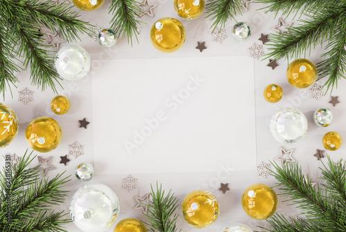 Kartka bożonarodzeniowa mockup z złotym baubles 3D renderingiem