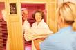 Quadro Senioren Paar entspannt in einer Sauna