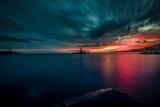 puesta de sol roja - 238215327