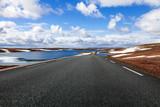 Einsame Landstraße im norwegischen Hochland