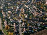 photo aérienne de la ville d'Ecquevilly à l'automne à l'ouest de Paris - 238316949