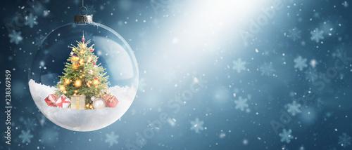 Schöne Weihnachtskugel mit Weihnachtsbaum