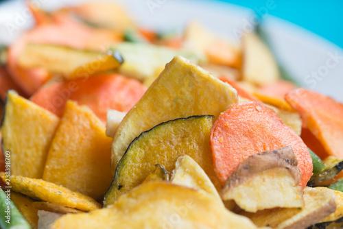 Chips de légumes séchés et salés pour l'apéritif