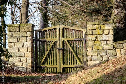 Tor zu einem Friedhof - 238421366